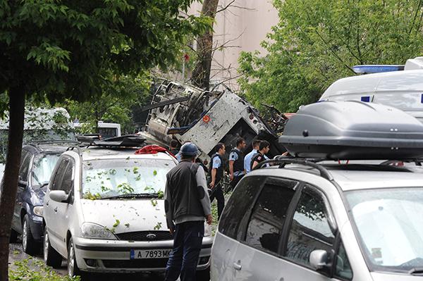 ek fotograflar beyazitta polise bombali saldiri 7904 dhaphoto2