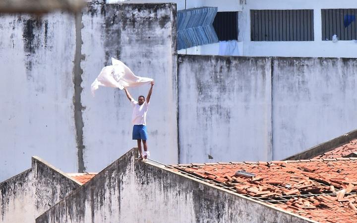 eight col brazil prison flag