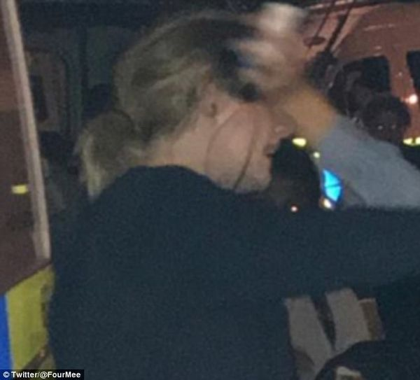 416D809700000578 4605666 Emotional Adele threw her arms around passersby in the midst of a 44 1497488269135