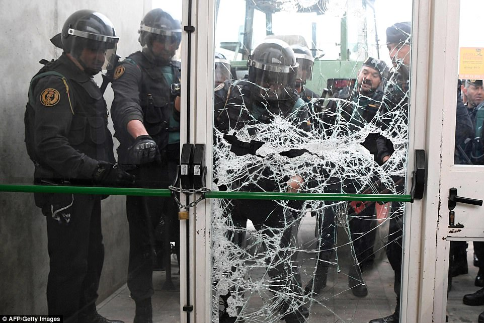 44E958DF00000578 4937860 Spanish Guardia Civil officers smash down the door of a polling a 50 1506847425665