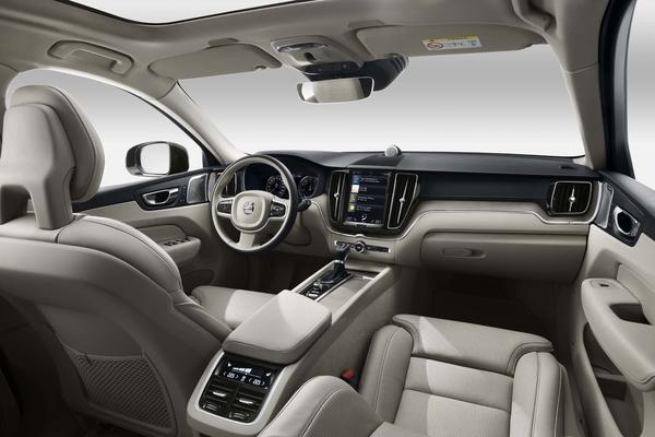 2018 Volvo XC60 interior view 03