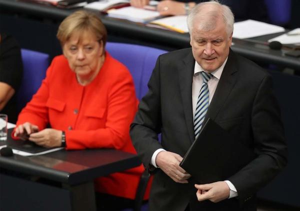 Αυτοκτόνησε Αφγανός που απελάθηκε πρόσφατα - Οργή στη Γερμανία κατά Ζεεχόφερ