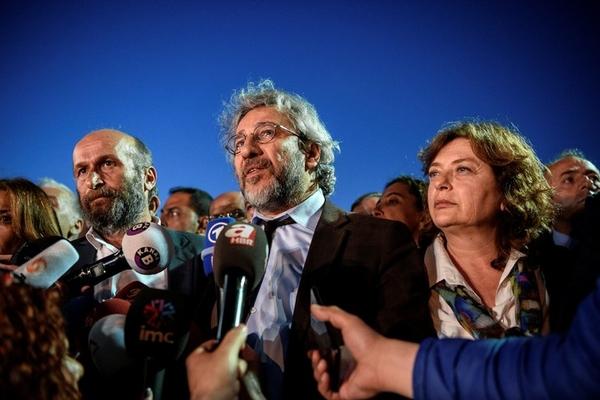 L redacteur Cumhuriyet Can Dundarsa femme Dilek bureau journal Ankara Erdem Gul expriment devant pressedu proces hommes Istanbul 6 2016 AFP PHOTO CUMHURIYET DAILY 1 728 485