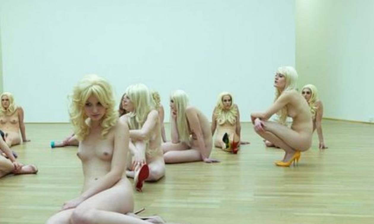 Μουσείο γέμισε γυμνές γυναίκες