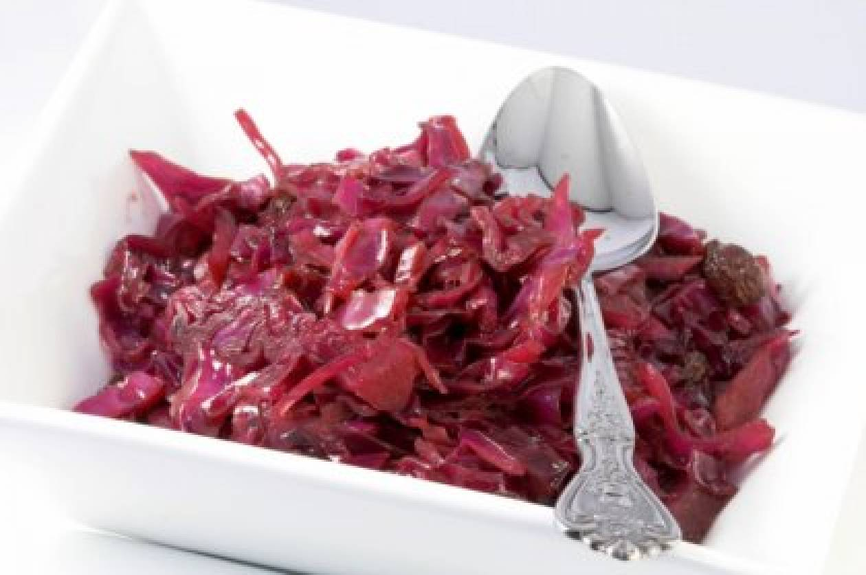 Σαλάτα με κόκκινο λάχανο και μήλα