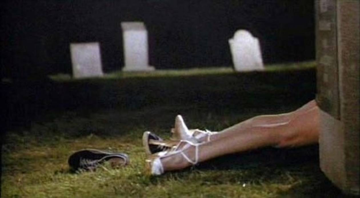 Σεξ σε νεκροταφείο!