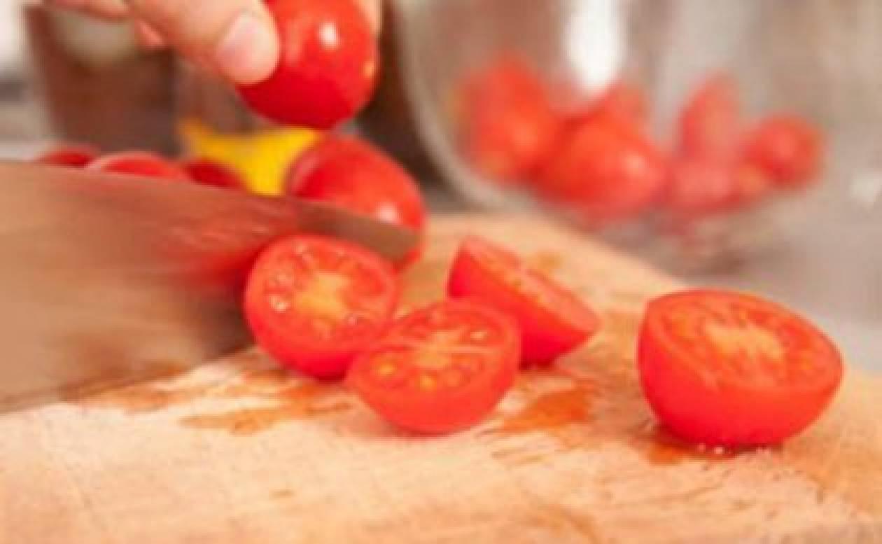 Σαλάτα με ντοματίνια Σαντορίνης και τσιπς τορτίγιας