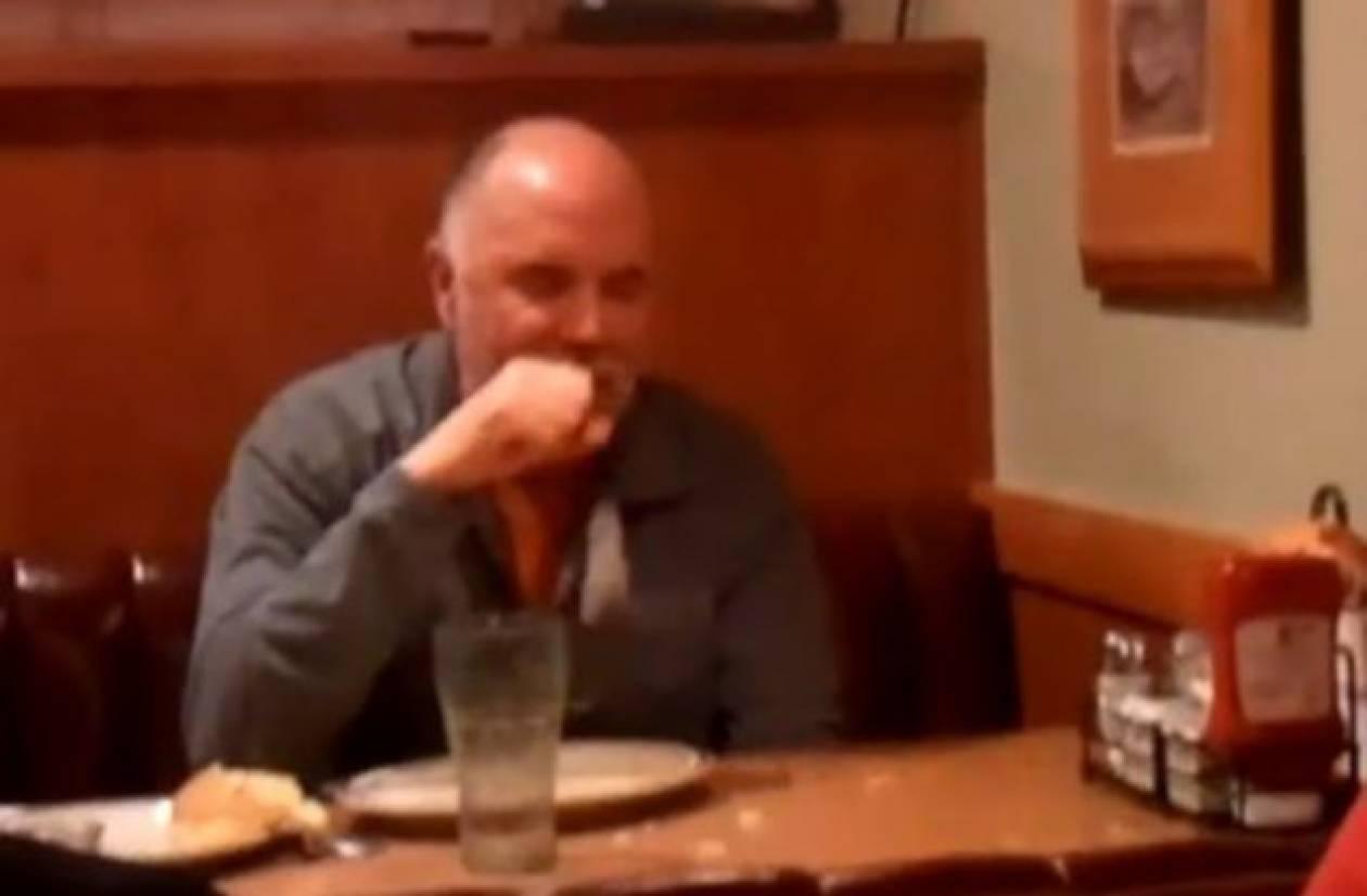 Μεθυσμένος τρώει... χαρτοπετσέτα