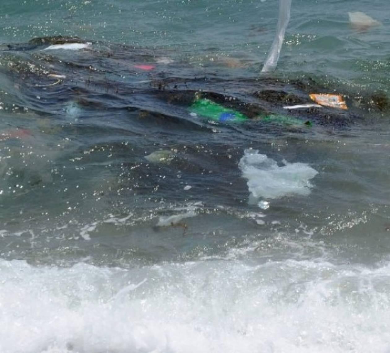 Τα πλαστικά «πνίγουν» τους ωκεανούς