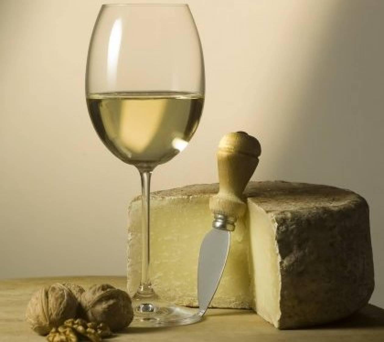 Αστικός μύθος: Τα λευκά κρασιά δεν ταιριάζουν με τα τυριά