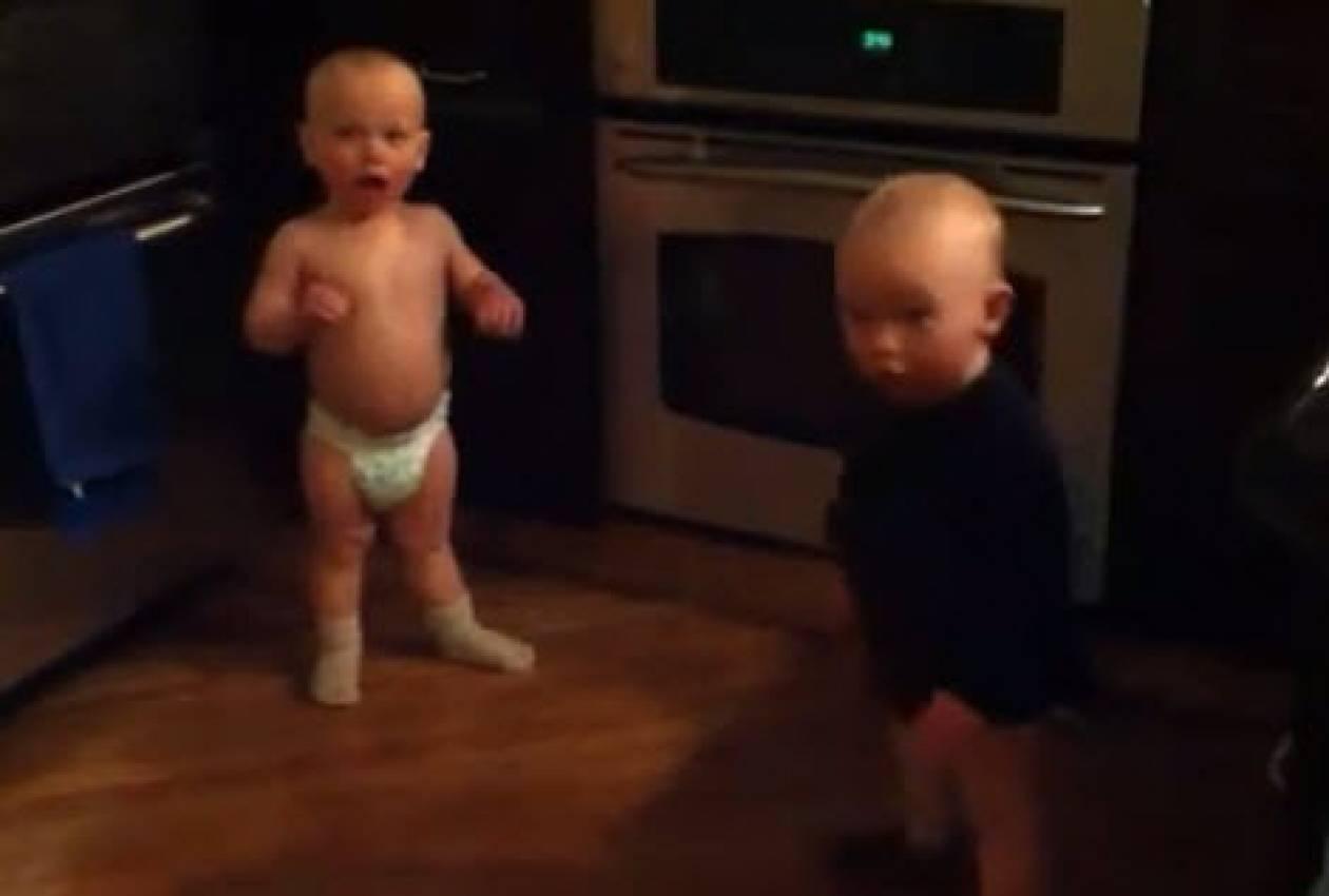 Όταν δυο μωρά μιλούν μεταξύ τους!
