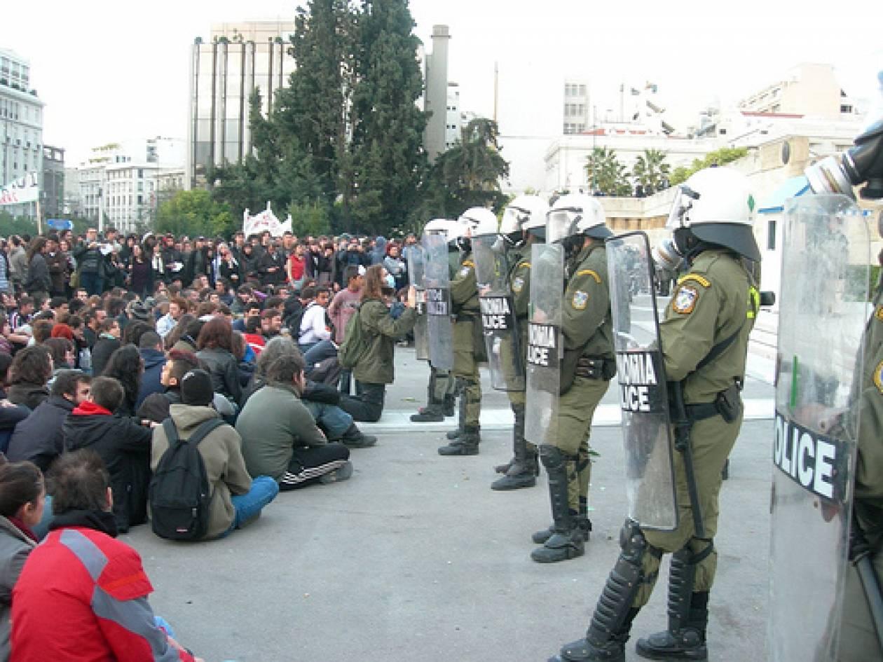 """Οι Αγανακτισμένοι """"διευκολύνουν"""" τους αστυνομικούς"""