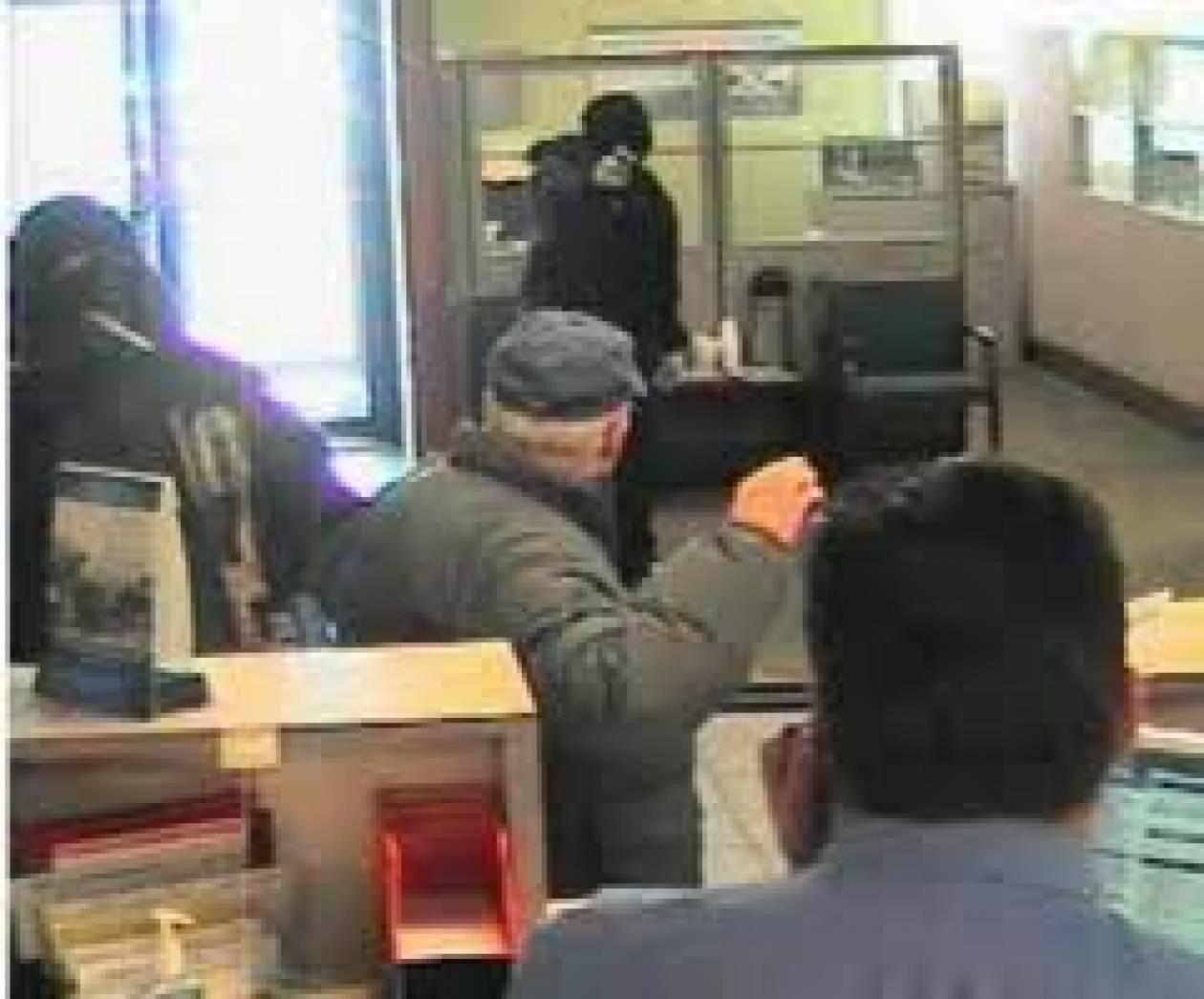 """""""Πελάτες"""" με όπλα σε τράπεζα στην Αργυρούπολη"""