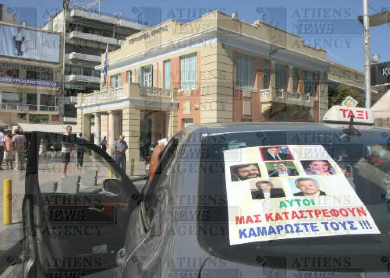 Video: Οι ταξιτζήδες του Ηρακλείου τους κρατούν ομήρους!