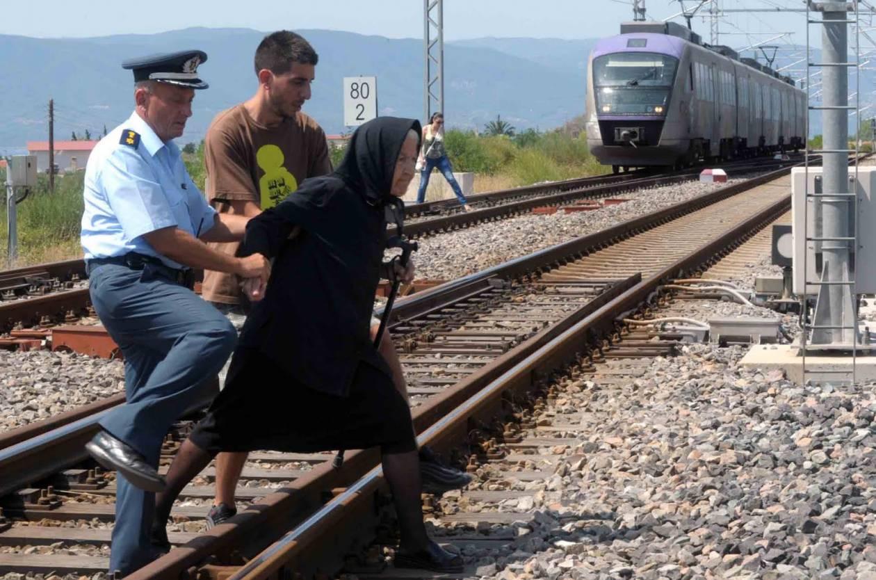 """Η αστυνομία απομακρύνει """"σηκωτή"""" την """"αντάρτισσα"""" γιαγιά!"""