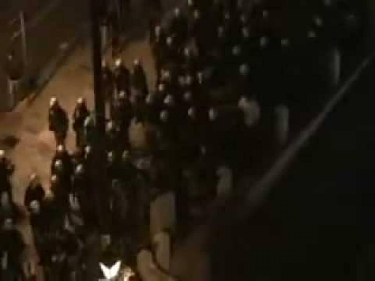 VIDEOS: Δείτε τη χθεσινή νυχτερινή καταδρομή των ΜΑΤ στην πλατεία!