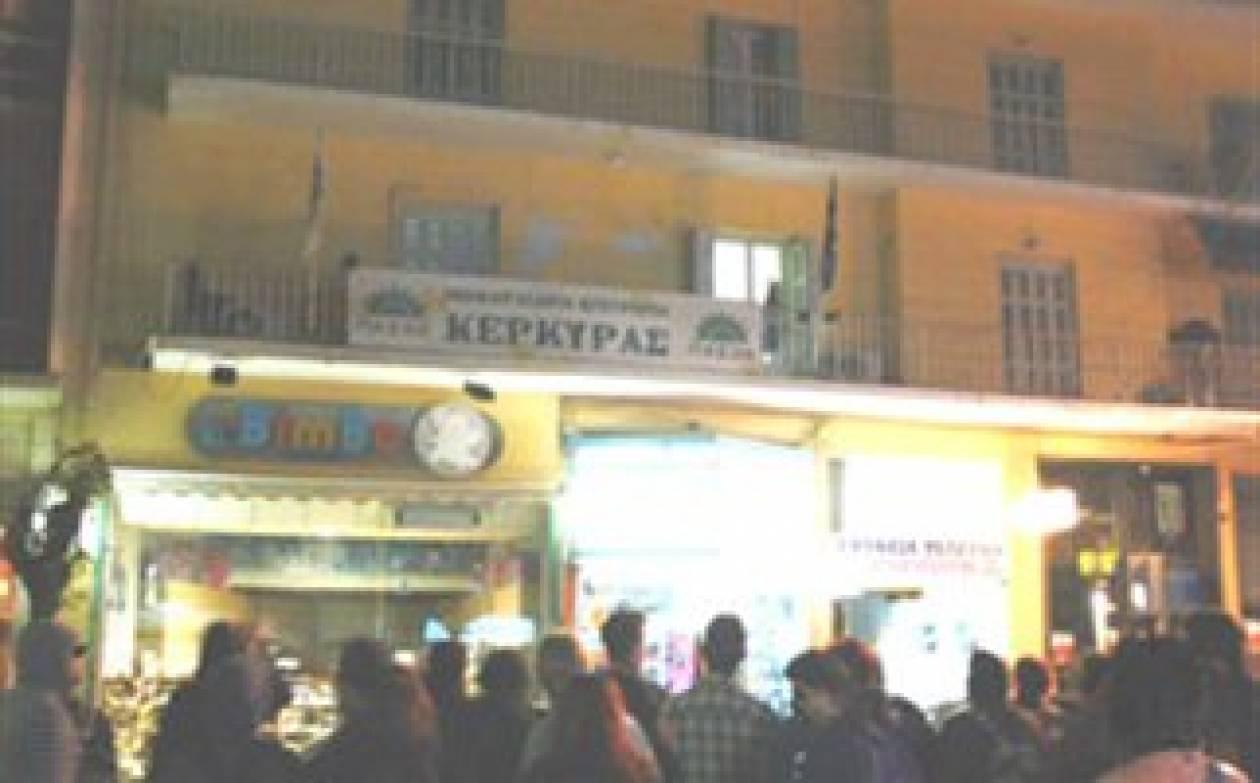 VIDEO: Εικόνες καταστροφής στα γραφεία του ΠΑΣΟΚ στην Κέρκυρα