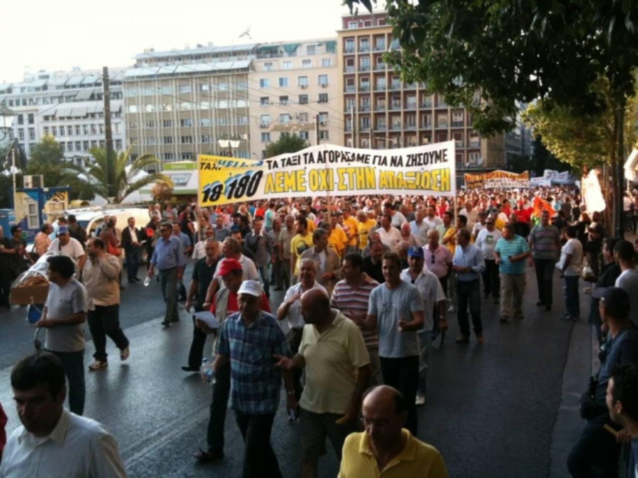 Χιλιάδες οδηγοί ταξί στη Βουλή