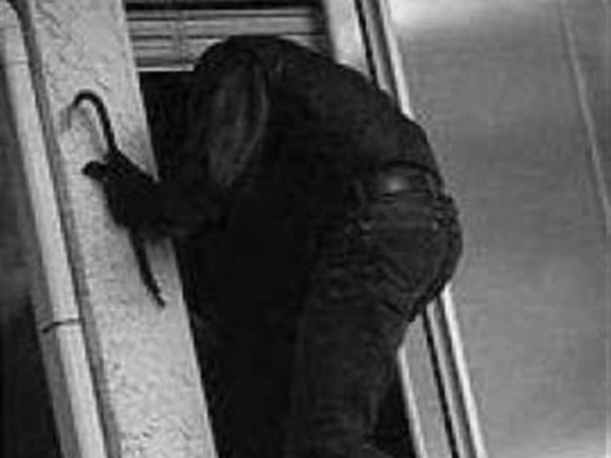 Κουκουλοφόροι «μπούκαραν» σε σπίτι στις Αχαρνές