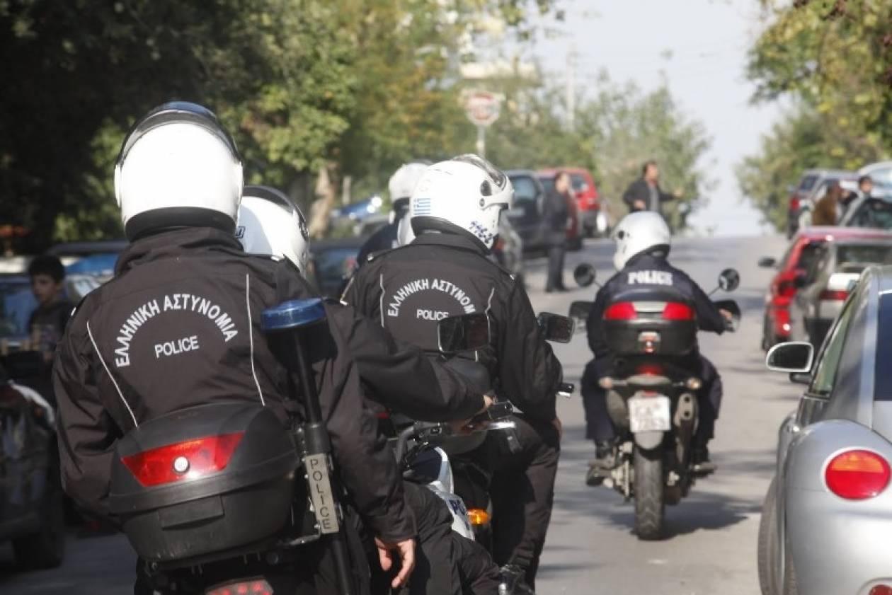 Επιτέθηκαν σε αστυνομικούς με τσεκούρι