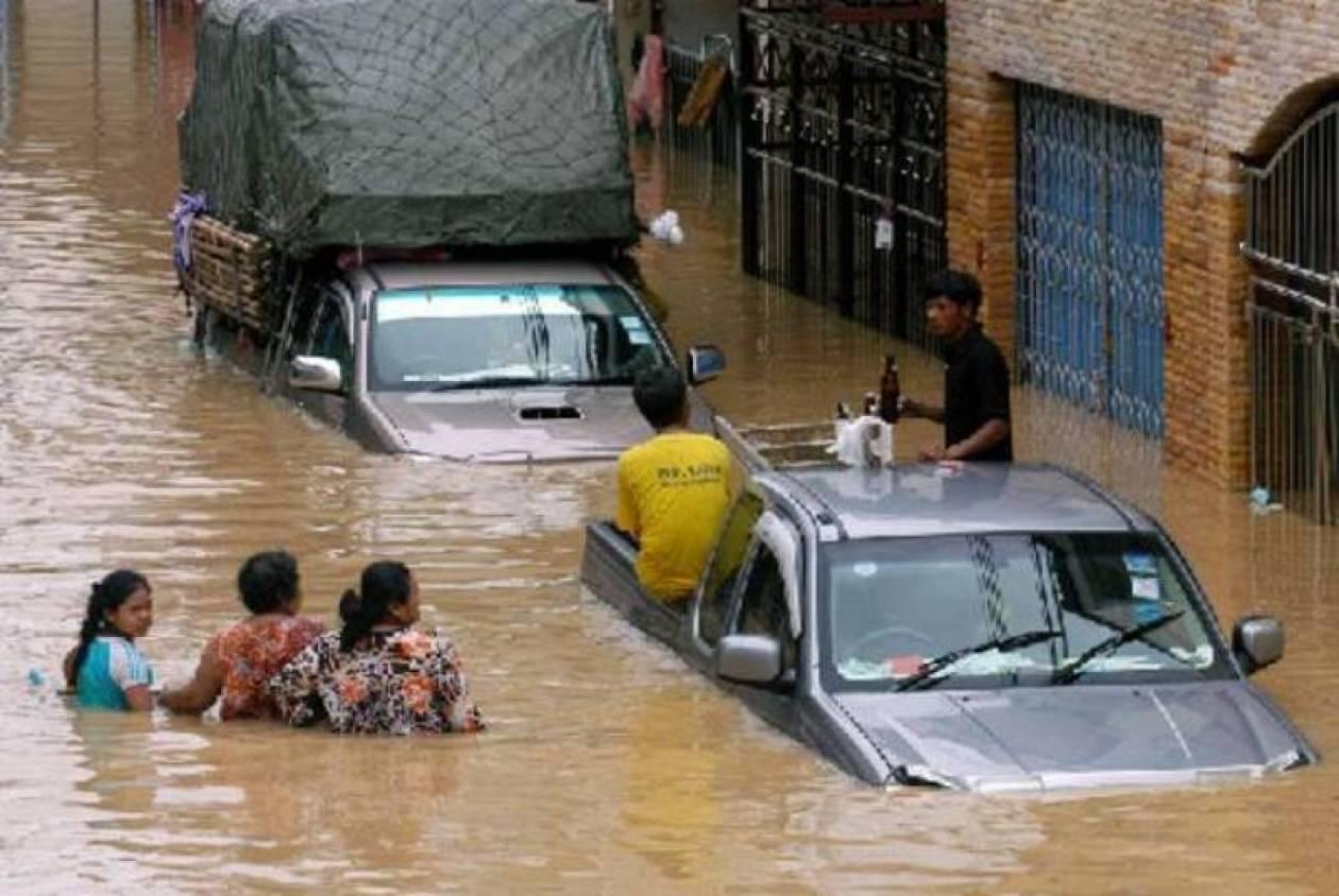Έστησαν φράγμα για να σώσουν την Μπανγκόκ