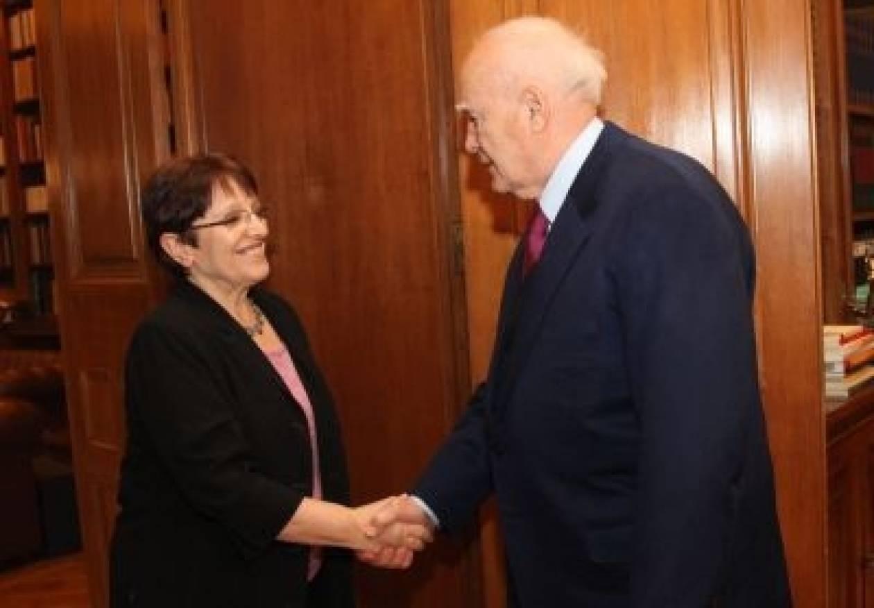 Δεν θα πάει στη σύσκεψη των πολιτικών αρχηγών η Α. Παπαρήγα