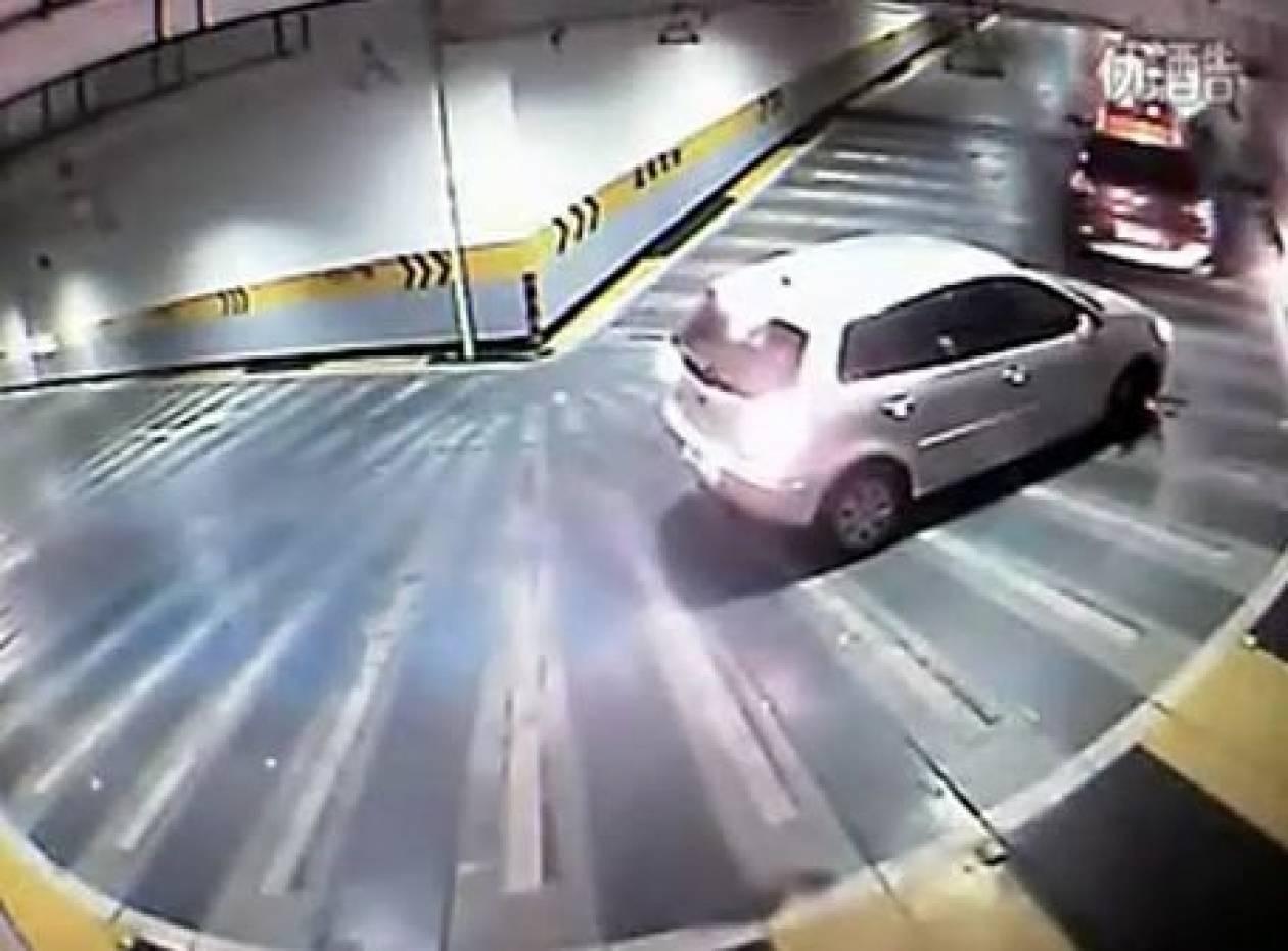 Ο «καλύτερος»  τρόπος για να σπρώξεις ένα αυτοκίνητο