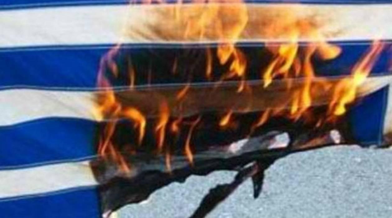Δύο νεαροί έκαψαν τη σημαία στο δημοτικό σχολείο