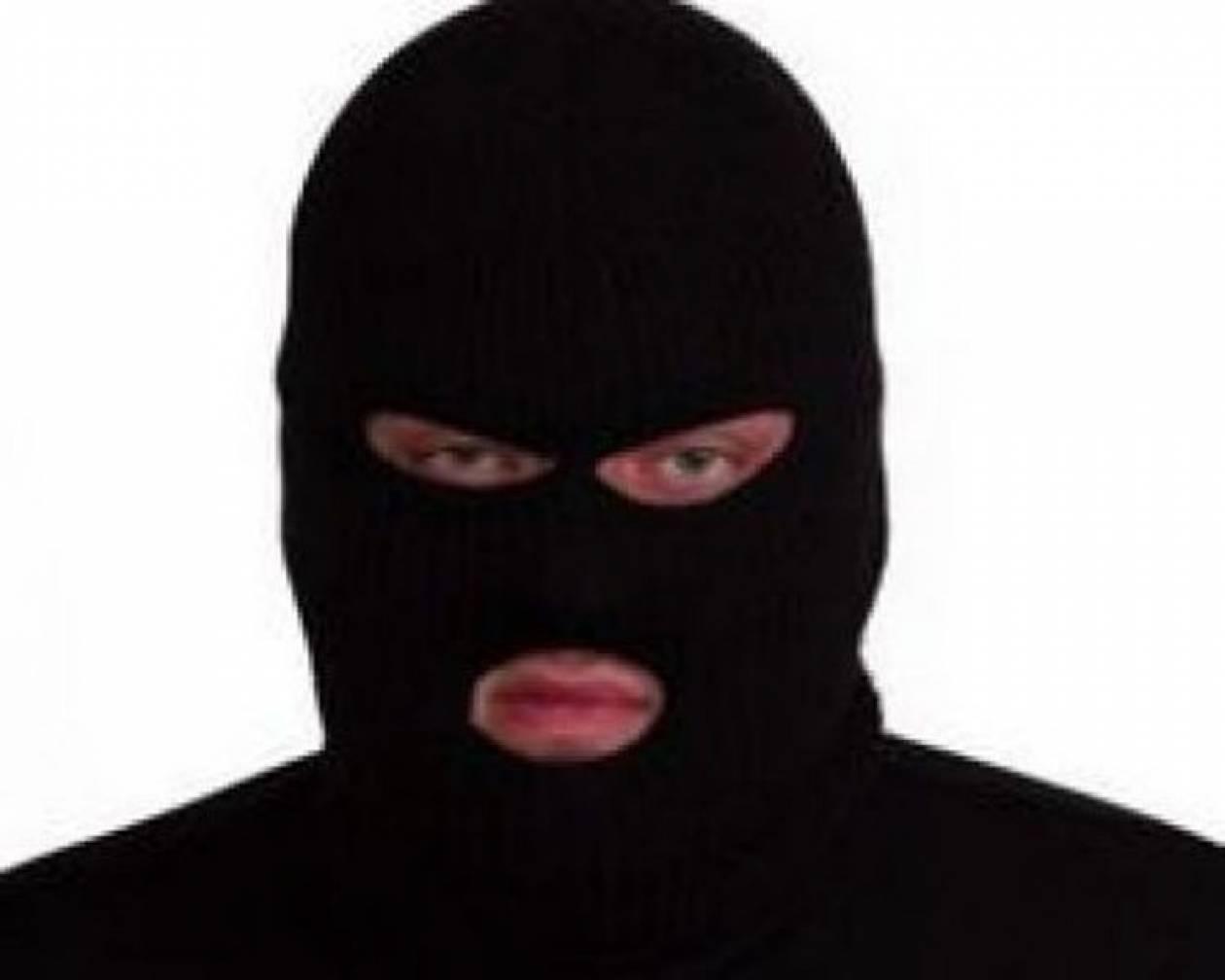 Απείλησε με μαχαίρι, «φούλαρε» με χρήματα