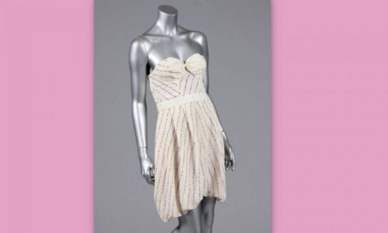 Στο «σφυρί» φόρεμα της Έιμι Γουάινχαουζ