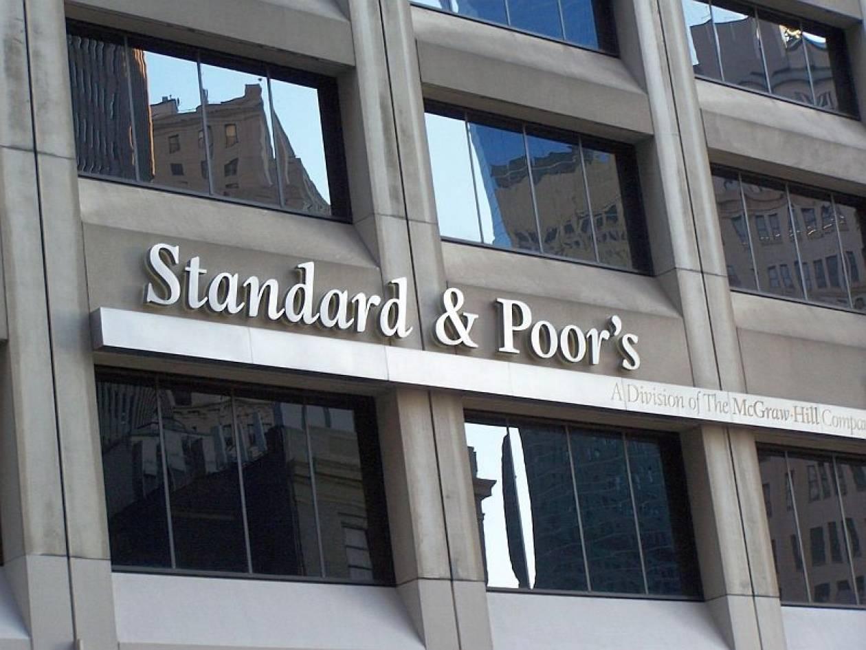 S&P: Καμπανάκι κινδύνου για τις ελληνικές τράπεζες