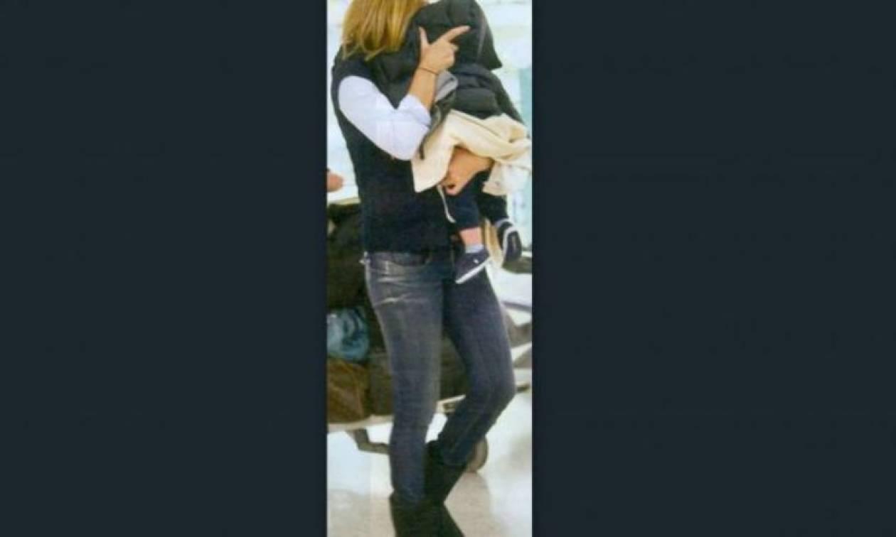 Ποια κρύβεται μαζί με το μωρό της από τον φωτογραφικό φακό;