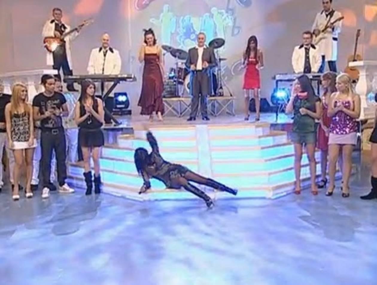 Τραγουδίστρια πέφτει στον... αέρα!