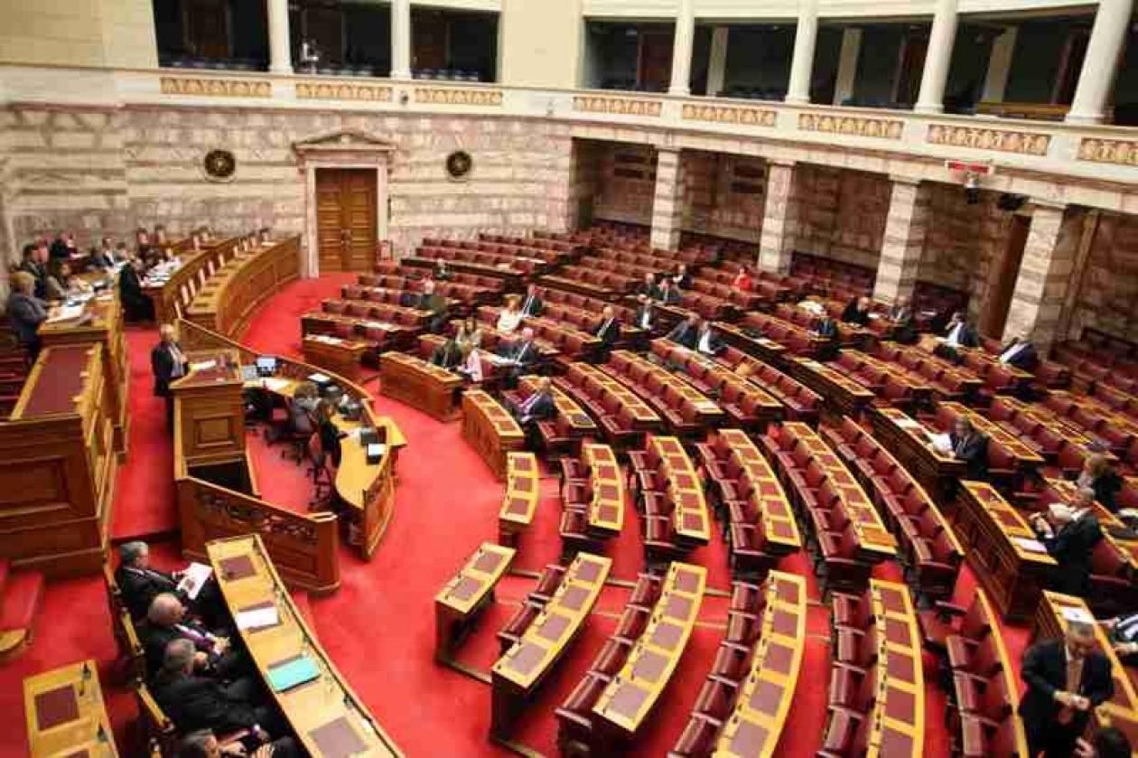 Αντιπαράθεση στη Βουλή για τη μεταβατική κυβέρνηση