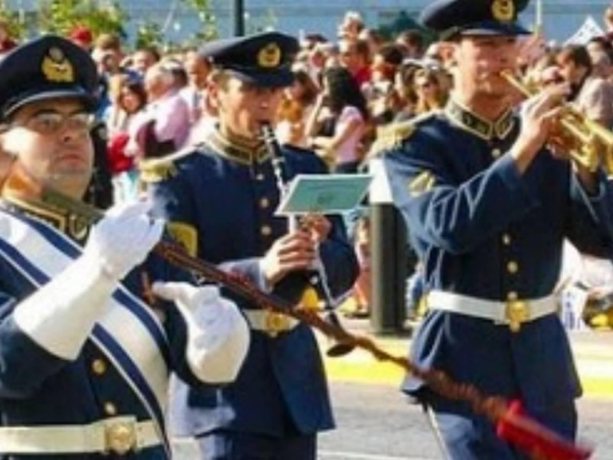 Στρατιωτικές μπάντες παίζουν Θεοδωράκη, Χατζηδάκι, Μπετόβεν