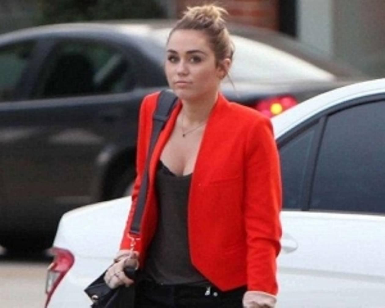 Η Miley Cyrus υπερασπίστηκε τις καμπύλες της στο Twitter