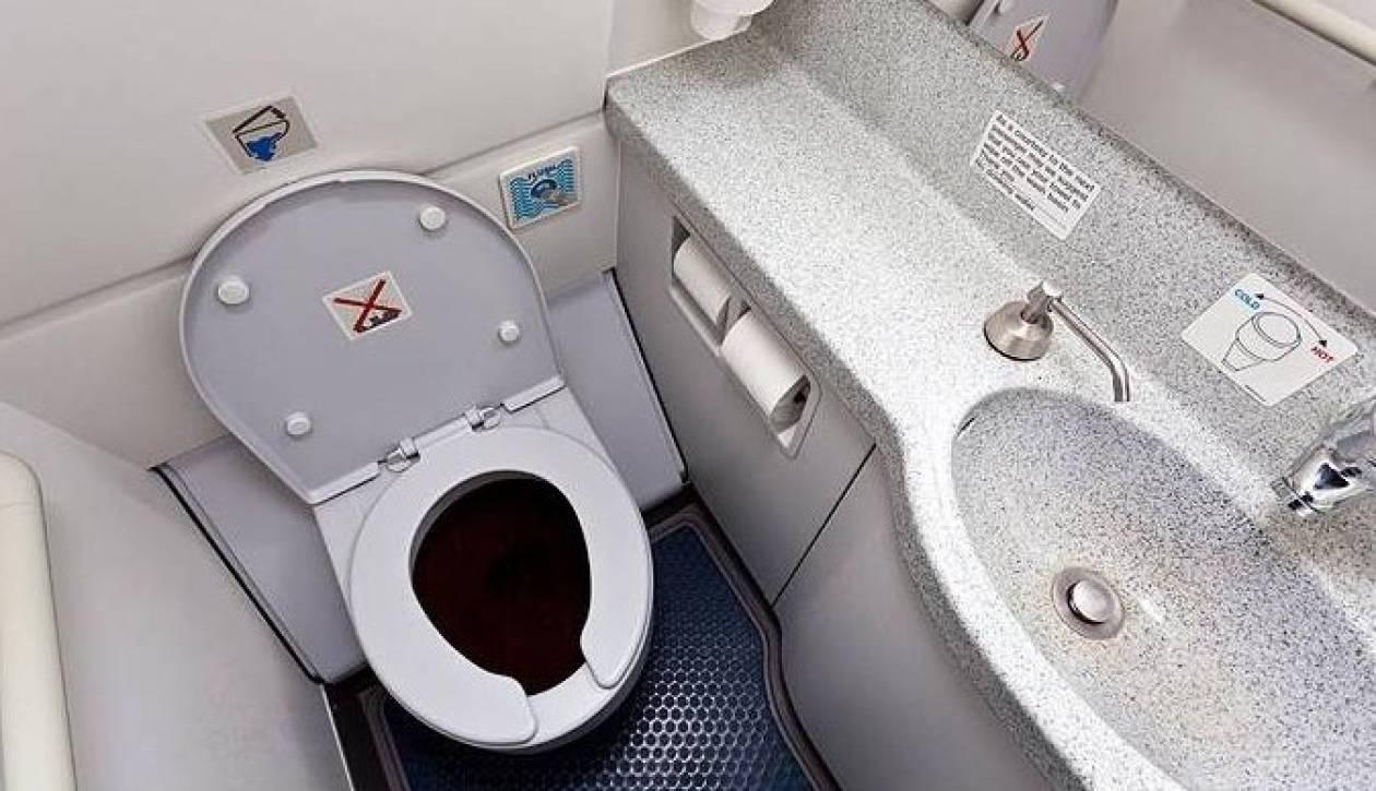 Ο πιλότος κλειδώθηκε στην τουαλέτα του αεροπλάνου