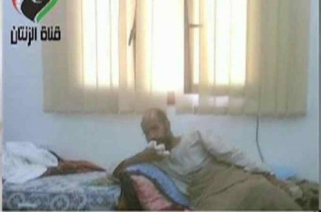 Σε φωτογραφία ο Σάιφ αλ- Ισλάμ  μετά τη σύλληψή του