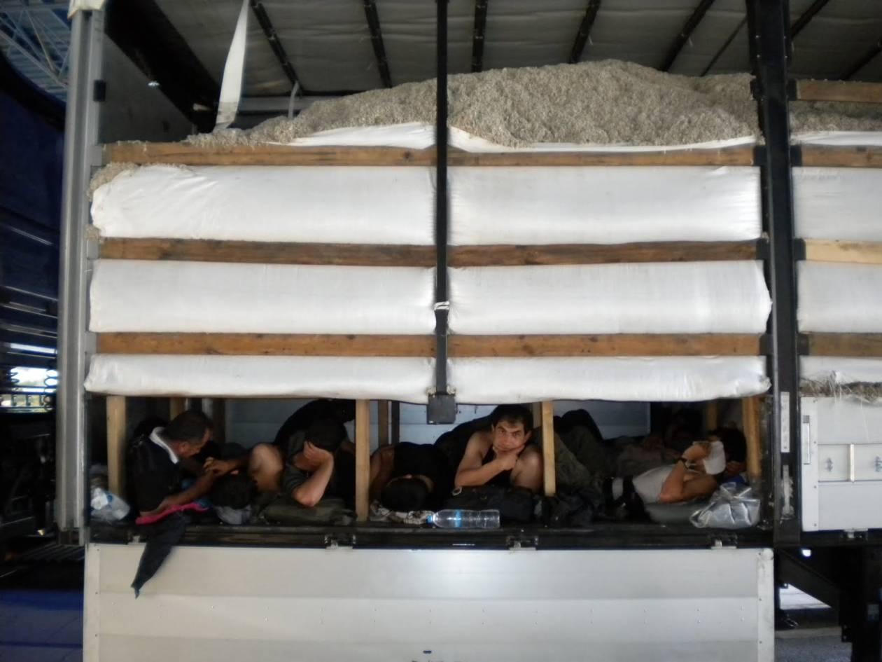 «Χειροπέδες» σε διακινητή και λαθρομετανάστες