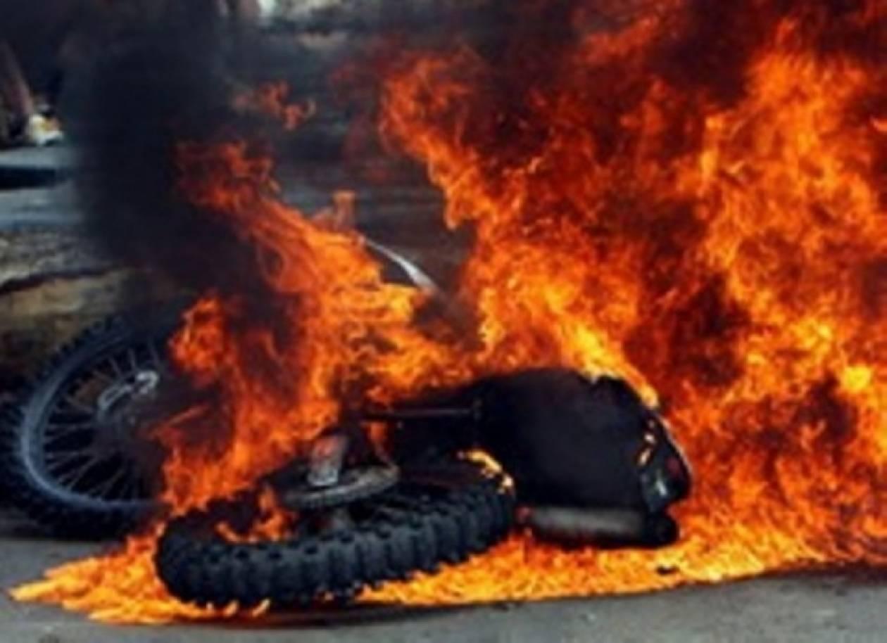 Στις φλόγες μηχανάκι στο κέντρο της Αθήνας