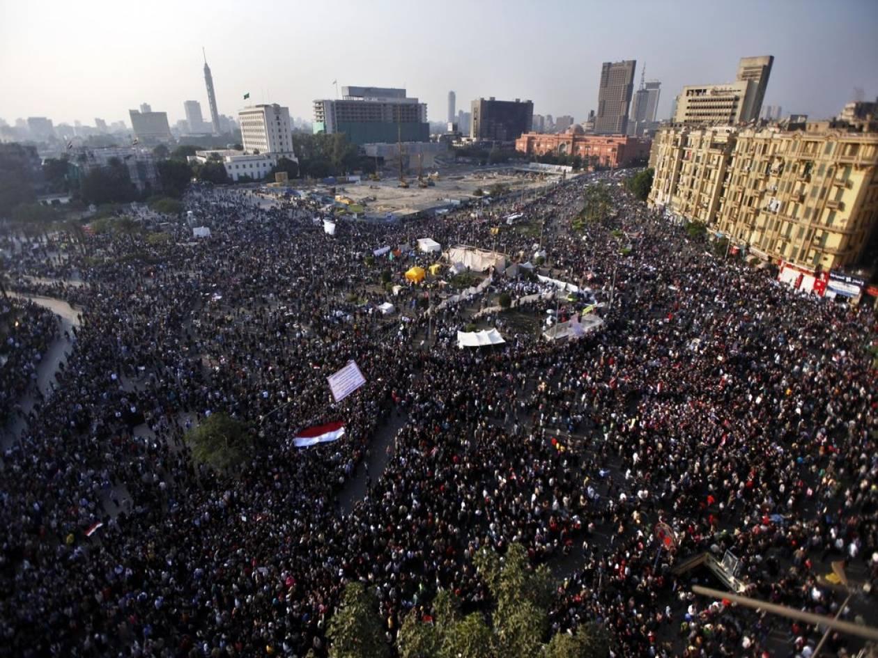 Χιλιάδες Αιγύπτιοι παραμένουν στην πλατεία Ταχρίρ