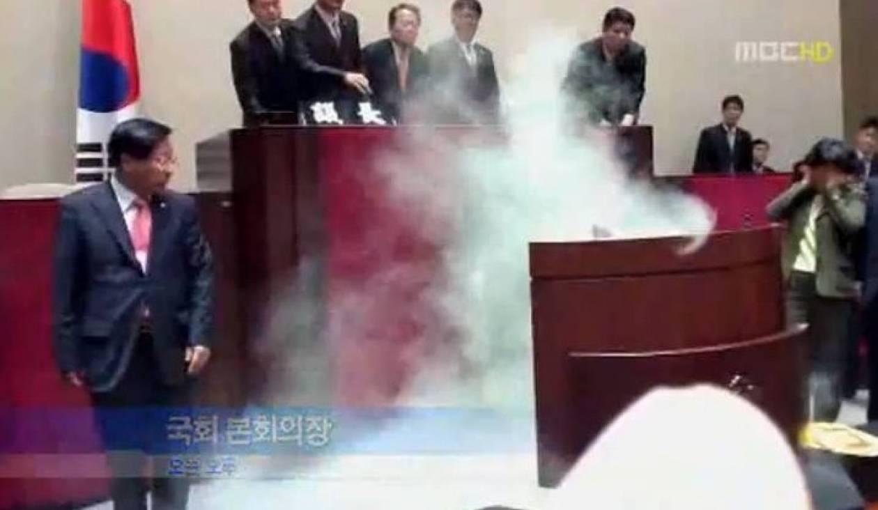 Έριξε δακρυγόνο μέσα στη Βουλή