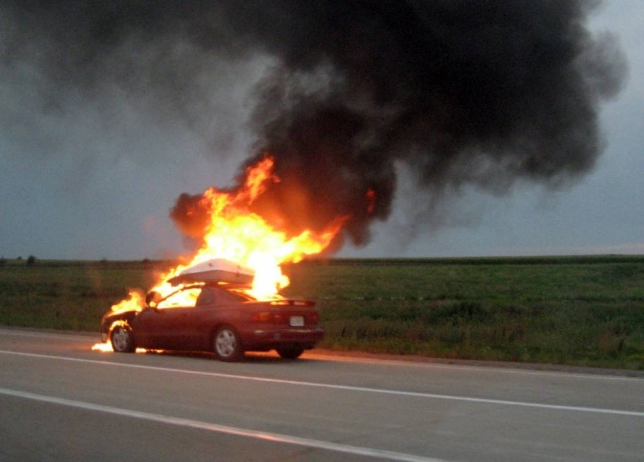 Αυτοκίνητο στις φλόγες στο Μενίδι