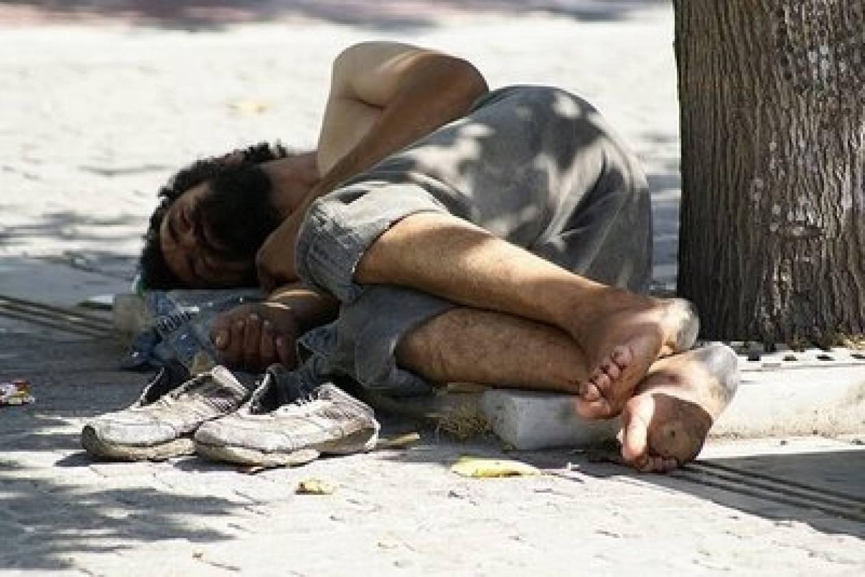 Διώχνουν τους άστεγους για να στολίσουν την Πλατεία!