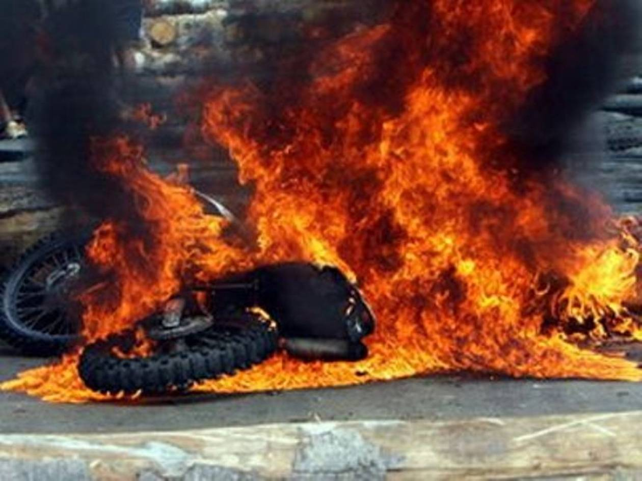 Κυψέλη: Μοτοσυκλέτα τυλίχθηκε στις φλόγες