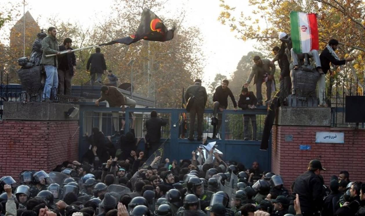 Εισβολή οργισμένων Ιρανών στην πρεσβεία της Βρετανίας