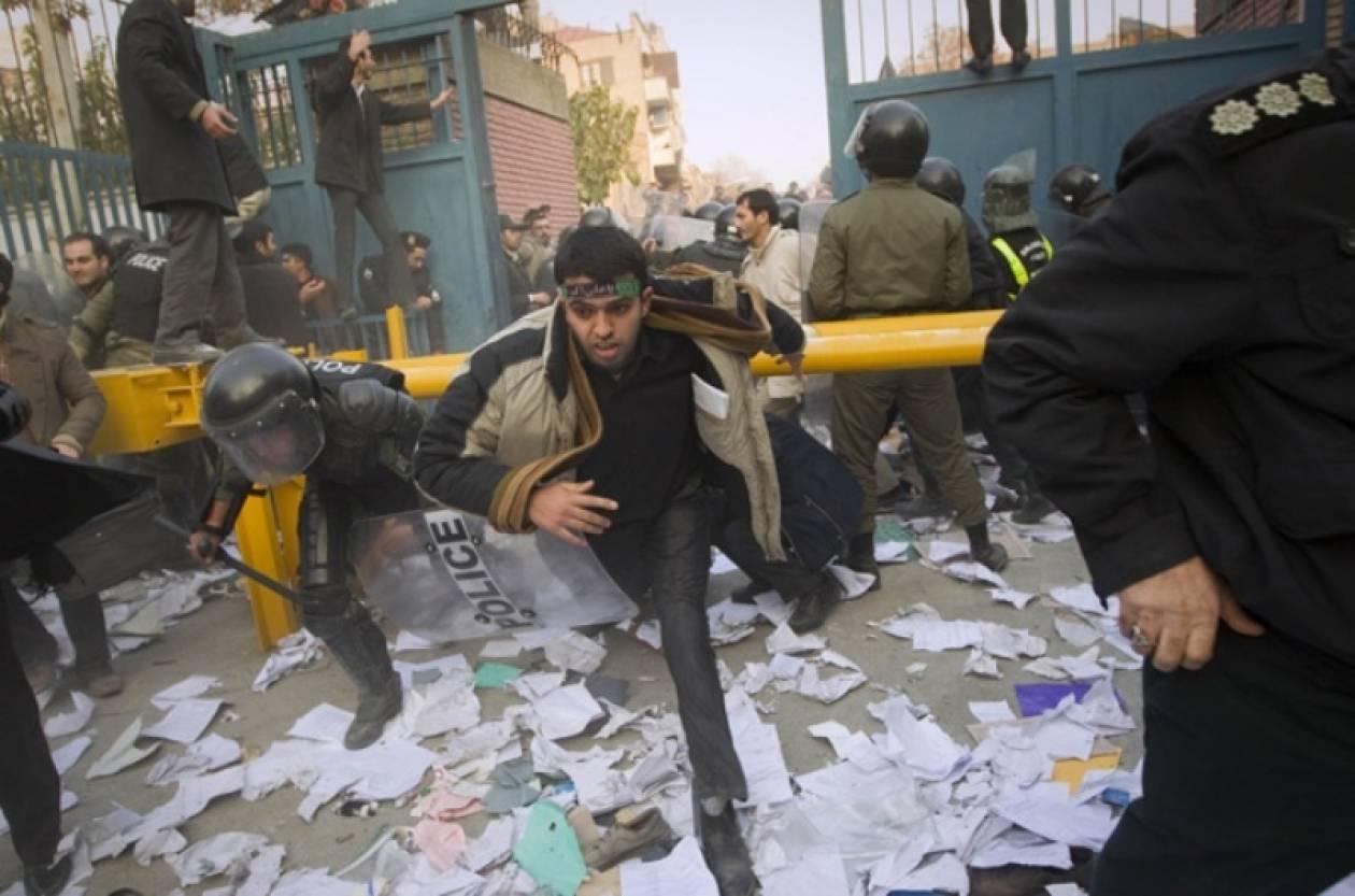 Διπλωματικά βρετανικά έγγραφα στα χέρια των διαδηλωτών