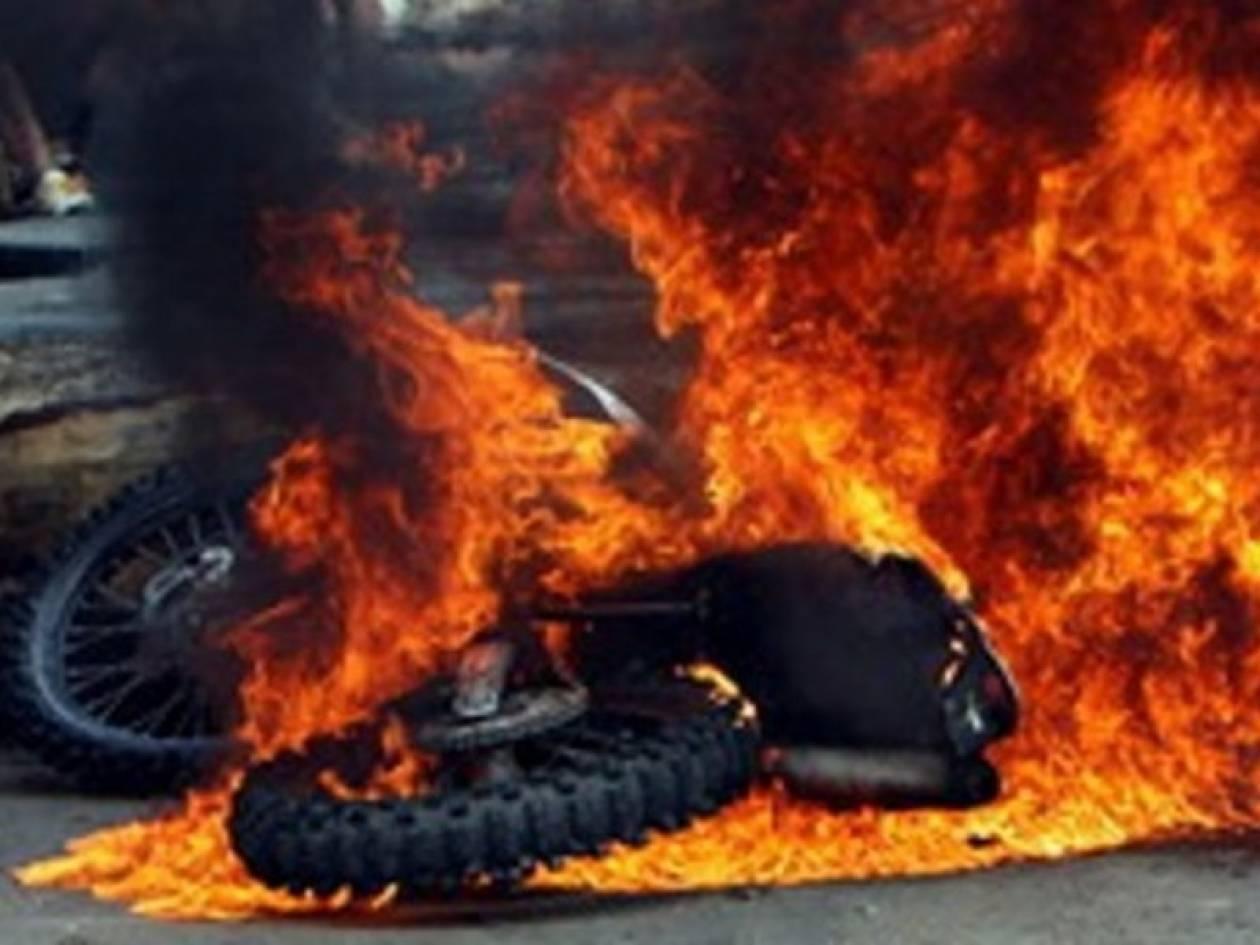 Στις φλόγες μοτοσυκλέτα και αυτοκίνητο στην Πεύκη