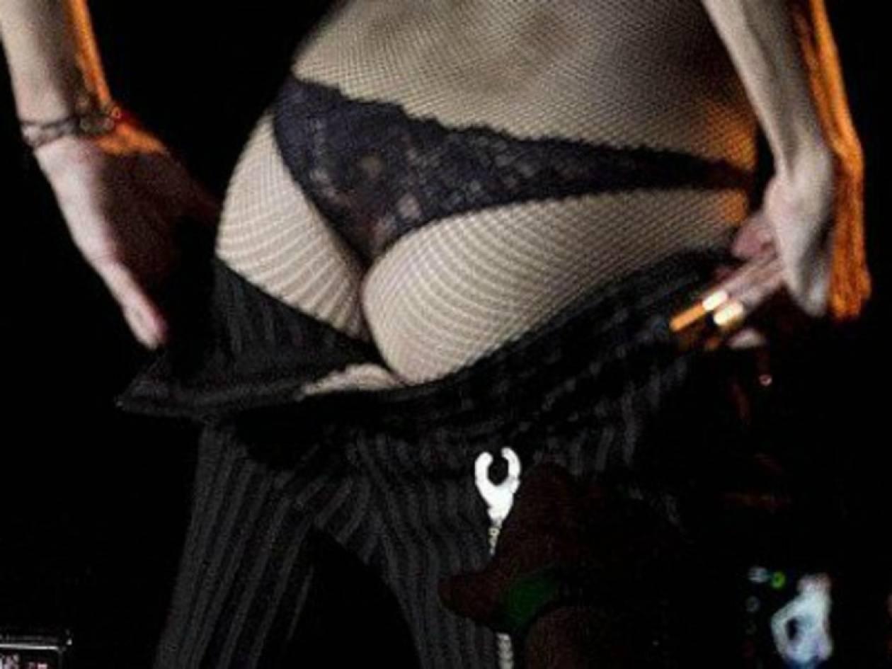 Βίντεο: Μετά το στήθος, η Μαντόνα έδειξε και τα οπίσθιά της!