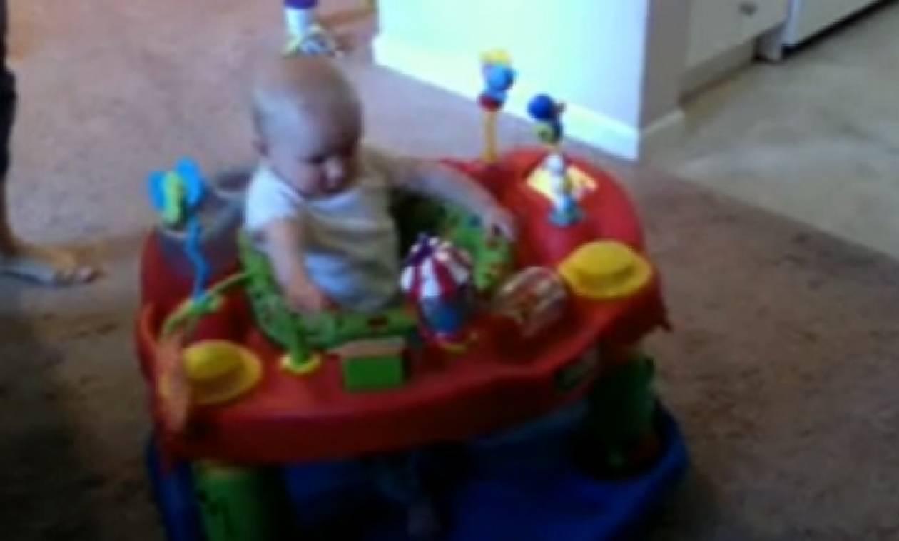 Βίντεο: Μωρό ταράζεται όταν ακούει τη μαμά του να σκουπίζει τη μύτη